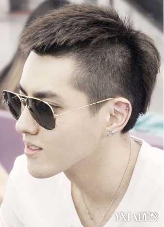 两边头发剪得非常短,露出光滑的额头,搭上松戴的图片