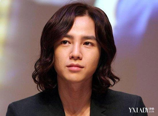 是典型是瓜子脸男,中分长刘海发型搭配脸型显得帅气图片