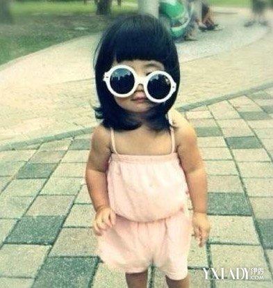 超短齐刘海的长发发型就是姐姐grace的标志.