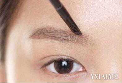 裴珠泫/STEP2:画眉时难免两边不对称,在画好眉毛之后,用眉刷将两边...