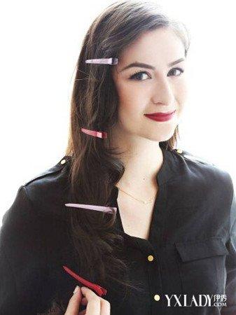 烫好的花纹融合,卷曲在一起,然后用几个鸭嘴夹按不同的角度加在头发上