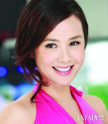 蒋雯丽分享美容经 短发干练红裙_发型设计