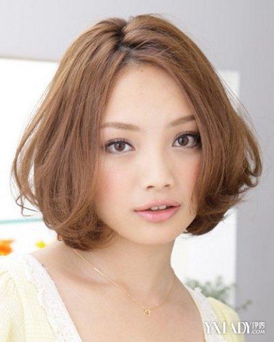 前面扎头发-,发量较多,性感中分.   步骤一:用   甜美   的中短发扎发,简简单单