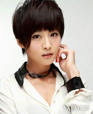 正文  这款帅气的女生平刘海短发发型,特色之点就在于右侧鬓角间留长图片