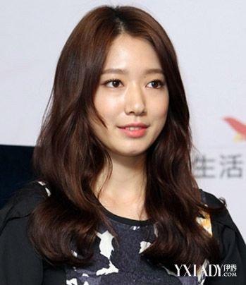 发型是很有淑女气质的一款韩式中长发烫发,偏分发留出长斜刘海拉长图片