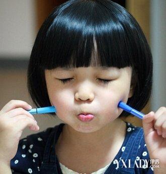 搭配这款黑色的齐刘海蘑菇头发型,是一款时尚的2岁半女宝宝发型.
