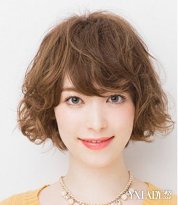 看到长发美女烫出好看的造型短发妹子是不是也一样拥迷人的烫卷头发图片