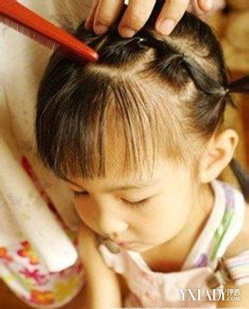 六一儿童节马上就要到来了,这一天妈咪都会带宝贝出去玩,这时候一款漂亮的儿童发型扎法就显得非常的重要,因为漂亮可爱的小女孩发型可以让小女孩更显甜美可爱。现在,妈咪就马上现学现用儿童可爱发型扎法吧,扮靓小宝贝只需要五分钟哦。 六一儿童节就要到了,妈咪是不是在为该给小宝贝扎什么发型而烦恼呢?图片中这款小女孩发型看起来甜美可爱极了,如果妈咪想要学习这款儿童发型扎法,可要赶紧跟着小编来看一下儿童发型扎法步骤哦。 第一步:首先,将头发分成上下两部分,然后用夹子将上部分的头发固定起来,接着再将下面的头发分成两半。 第