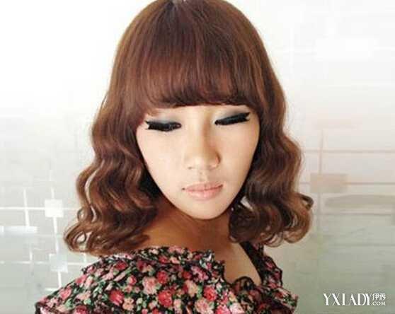 正文   齐肩的水波纹烫发发型设计,也是今年非常流行的一款,卷曲的图片