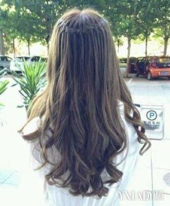 少女中长发卷发发型背影 夏天一样迷人美丽