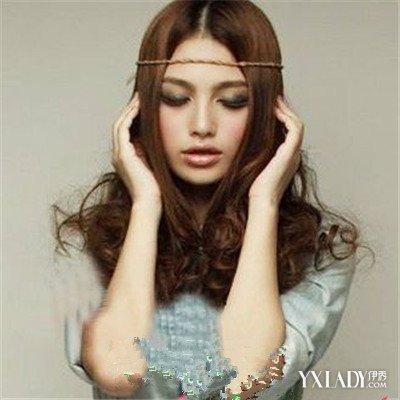 这款女生中长发烫发发型图片气质是今年流行的梨花头发型之一.中图片