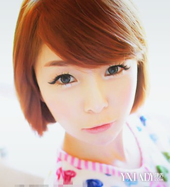 甜美的内扣刘海发型将一份呆萌与气质感显露出来,时尚的棕色发色颇为
