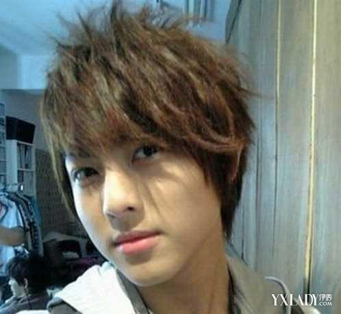 这张男生发型图片向我们展示了时下流行的男生斜刘海发型,蓬松的纹图片
