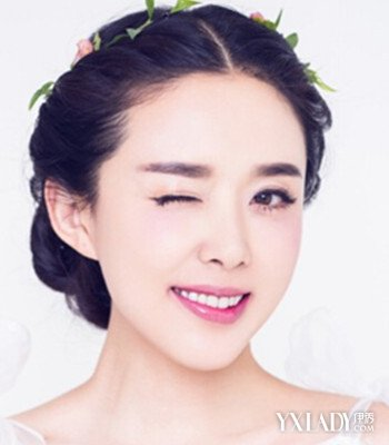 新娘发型一  适合圆脸的mm,这款唯美的韩式新娘编发盘发造型,中分的刘