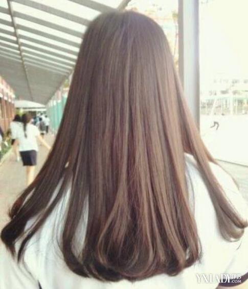 但是也够了,顺直的中长发和发尾的内卷,看起来唯美动人,光背影就能让图片