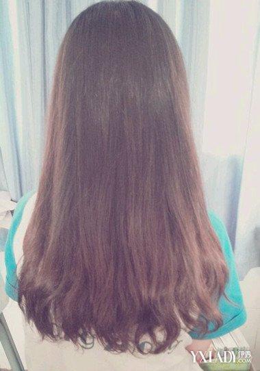 发型 流行发型 正文   这款有着斜分的齐发尾中长直发,展现出了女性的