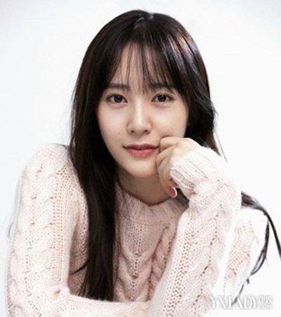 尤其是纯黑色的长发搭配韩式空气刘海,颠覆了她以往百变偶像的形象图片
