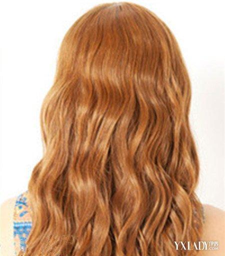 发型 流行发型 正文  对整体进行了烫发处理的女生中分泡面头长卷发