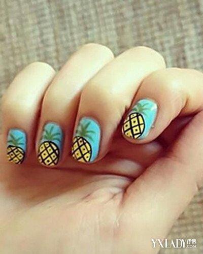 如海浪般的天蓝色指甲底色,上面纹着夏季大家都喜欢吃的菠萝水果