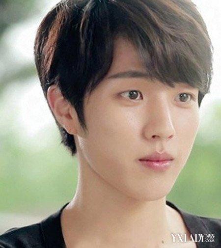 发型 流行发型 正文  这是一款特别经典的男生男生三七分斜刘海造型图片