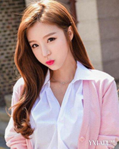 韩式微卷中长发一:简约的知性中长发发型,发尾的小卷显露出无比