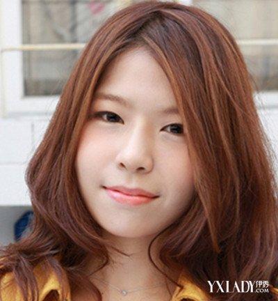 不想小脸可以随意折腾,大脸女生需要一款蓬蓬的修颜发型来修饰,额头窄