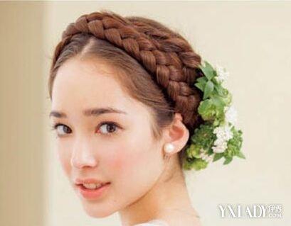发型 刘海将/中分盘发伴娘发型中分的刘海将女生精致的脸蛋完整的凸显出,而...