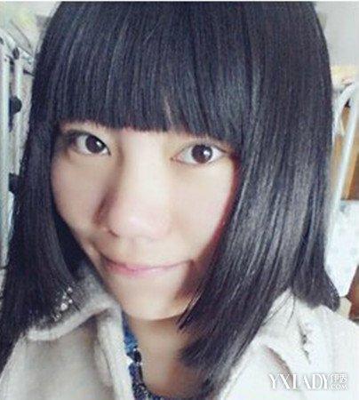 这是一位大脸的女生,选择的是一款直发型的齐刘海的姬发式的发型,纯黑图片