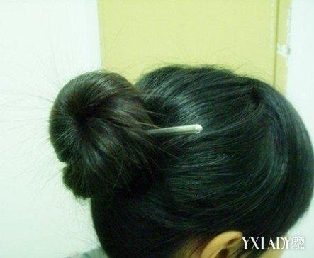 【图】如何用筷子扎花苞头 韩式减龄盘发7大步骤图片