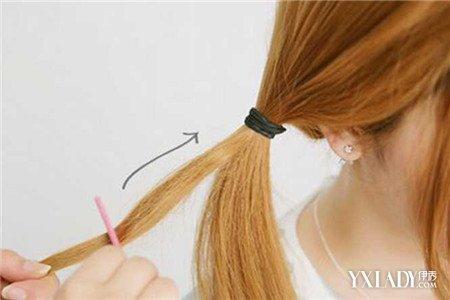 步骤五:用梳子倒梳这一小撮头发,如图所示