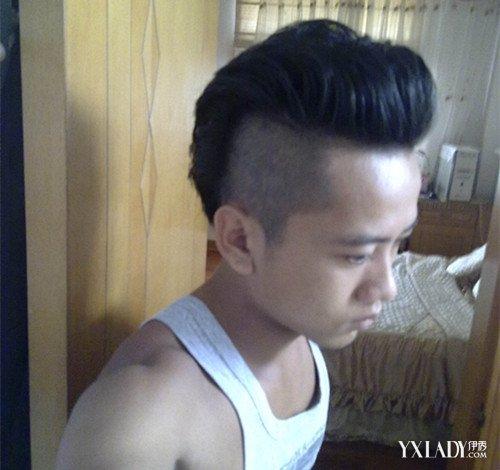 是一款铲青风格的短发发型,两边的头发设计成掏空的发型,看起来就是图片