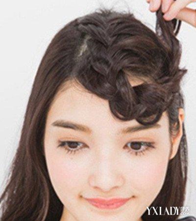 发型 diy发型 正文   夏季长发发型扎法图解二:编织好之后呢,将麻花辫