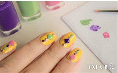 步骤四:然后再用美甲笔分别沾取绿色,粉红色,深紫色的指甲油给铆钉涂