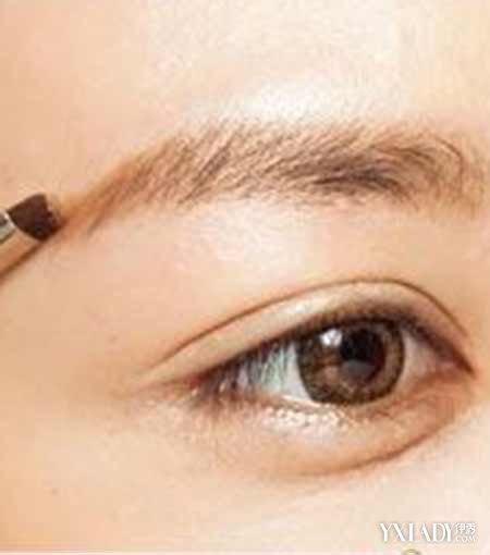 图解 一字/STEP2:使用眉选取浅棕色的眉粉,从眉头扫向眉尾,将想要的...