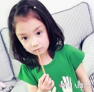 小女孩发型绑扎方法短发 给宝贝扎一款公主头发型吧