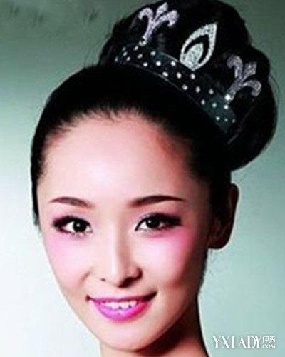 简单清爽的复古新娘盘发是不是显得很大气,高贵.经典的中式新娘图片