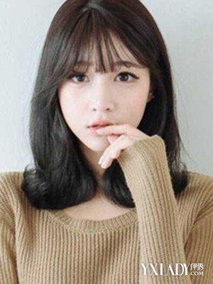 头发多又厚的女生不适合太蓬松的发型,也不适合太短的直发,这样会显得图片