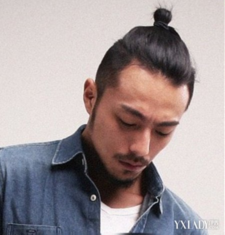 扎辫子发型,无刘海,纯黑的发色,看起来男生特别的时尚有个性,很可爱.