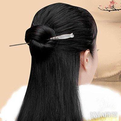 扎法简单易学,但如果只是抓起头顶上的一撮头发就绑