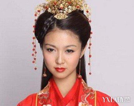 搭配红色喜气的古装新娘服饰以及发饰,是一款古典美女结婚的必备发型