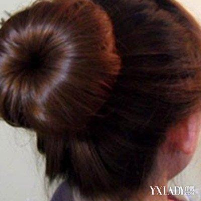小女生,小孩子的头发弄成两个小辫子,好像燕子尾巴那样的形状,感觉是