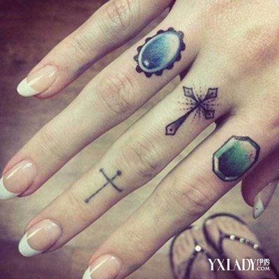 最后这款纹身在中指上纹两个十分神圣的十字架图片
