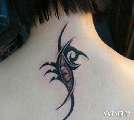 如上图中的男生后颈上的纹身,仔细看来,这是一只眼睛,他是树立着的图片