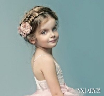 发型扎法,把头发扎成一个高高的小头发,对于这位小女孩来说看起来特别图片