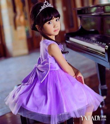 发型 流行发型 正文   小女孩在儿童节做主持人,礼服选的是紫色公主头图片
