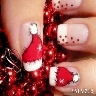 清秀的法式指甲上面画上可爱的红色圣诞帽和波点