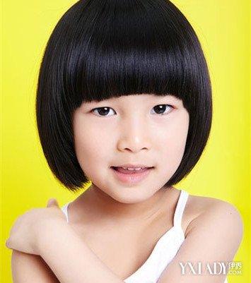 环绕着梳成高扎丸子头发髻,用发夹给头发固定,小女孩在幼儿园搭配也图片