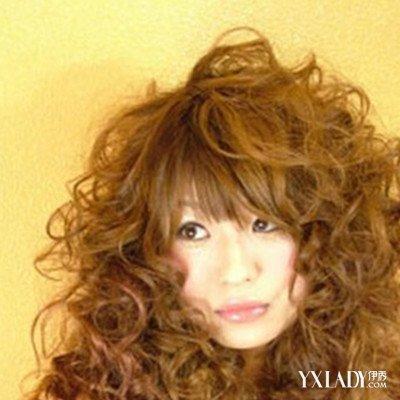满头的小卷发发型,头发烫起来以后是特别的清新时尚的,栗色的染