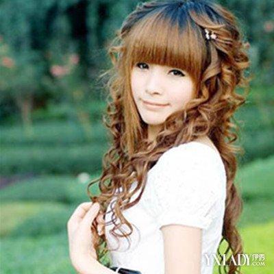 中分式的女生的小卷发发型,头发烫成了螺旋卷风格的小卷发,再染上了图片