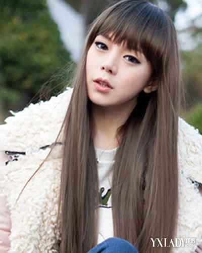 棕色的时尚染色直发,搭配减龄的齐刘海发型,杂加上披肩的长发设计图片